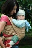 Chéri avec la maman dans l'élingue photographie stock libre de droits