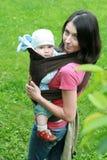 Chéri avec la maman dans le transporteur de chéri Images libres de droits
