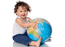 Chéri avec le globe. Image stock