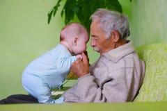 Chéri avec le grand-papa Photographie stock