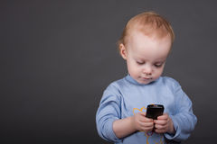 Chéri avec le téléphone portable Photos stock