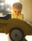 Chéri avec le véhicule de jouet Photos libres de droits