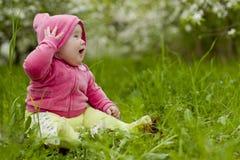 Chéri dans l'herbe images libres de droits