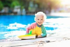 Chéri dans la piscine Vacances d'été de famille Images libres de droits
