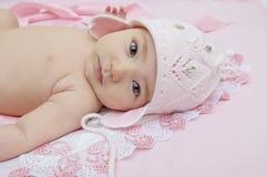 Bébé dans le chapeau rose Photos stock