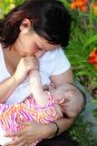 Chéri de allaitement de mère Image libre de droits