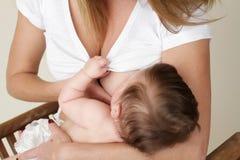 Chéri de allaitement de mère Photographie stock libre de droits