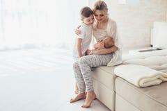 Chéri de allaitement de maman Images stock