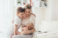 Chéri de allaitement de maman Photo libre de droits
