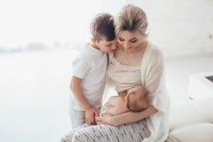 Chéri de allaitement de maman Photographie stock