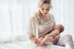 Chéri de allaitement de maman Photo stock