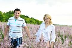 Chéri de attente de couples heureux Images libres de droits