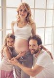Chéri de attente de famille heureux Image stock