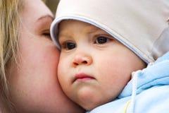 Chéri de caresse de mère Image libre de droits