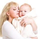 Chéri de embrassement de maman Photos libres de droits