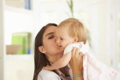 Chéri de levage de mère Photos stock