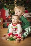 Chéri de métis et jeune garçon appréciant le matin de Noël près du Th Images stock