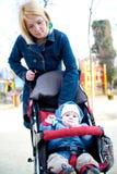 Chéri de marche de mère photos libres de droits