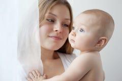 Chéri de six mois dans des ses mains de mères. Photographie stock libre de droits