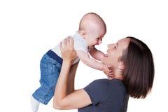 Chéri de six mois souriante de fixation de mère vieille Photos stock