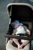 Chéri de sommeil dans la poussette Photos libres de droits