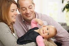 Chéri de sourire avec des parents Images stock