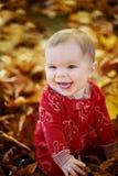 Chéri de sourire dans des lames jaunes Images stock