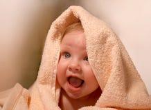 Chéri de sourire en essuie-main de bain image stock