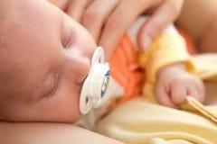 Chéri de trois mois dans des ses mains de mères. Image libre de droits