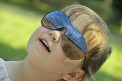 Chéri en glaces de soleil Photos libres de droits