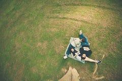 Chéri espiègle riant sur le bâti Photo libre de droits