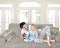 Chéri et mère à la maison Photo libre de droits