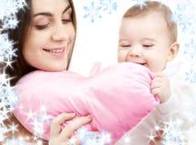 Chéri et maman avec l'oreiller en forme de coeur photos libres de droits
