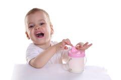 Chéri heureuse avec du lait image libre de droits