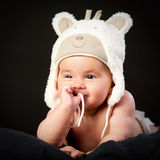 Chéri heureuse dans le capuchon d'ours photos stock