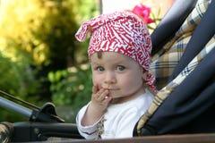 Chéri heureuse dans une poussette Image stock