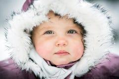 Chéri heureuse sur le fond de l'hiver photographie stock