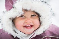 Chéri heureuse sur le fond de l'hiver photo libre de droits