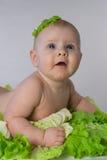 Chéri infantile heureuse dans le chou images libres de droits
