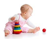 Chéri jouant avec le jouet de couleur Photographie stock libre de droits