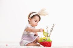 Chéri jouant avec le panier de Pâques Images libres de droits
