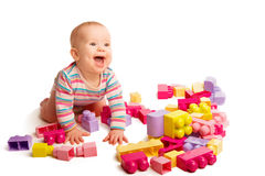Chéri jouant dans des blocs de jouet de créateur
