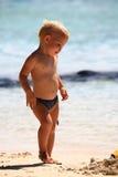 Chéri jouant sur la plage Photographie stock