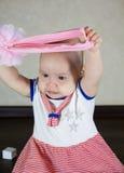 Chéri malheureuse Petite chéri jouant avec des jouets Image stock