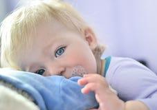 Chéri mignonne avec des œil bleu Images libres de droits