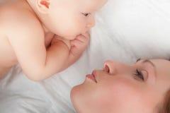 Chéri mignonne avec la mère image stock