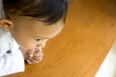 Chéri mignonne dans l'assiette de prière photos stock
