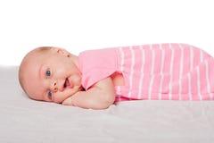 Chéri mignonne s'étendant sur le ventre Photographie stock libre de droits