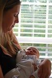 Chéri nouveau-née avec la mère Image libre de droits