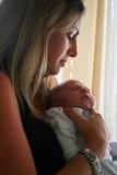 Chéri nouveau-née avec la mère Photos stock